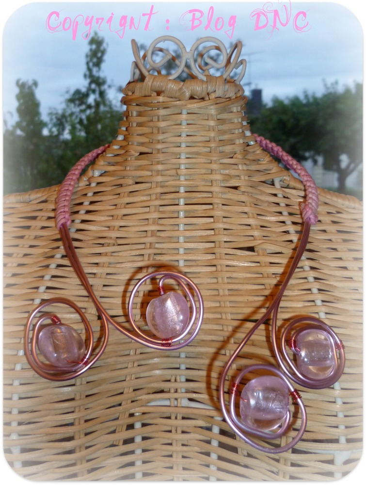 Macramé revisité, laiton, et perles de Murano rose poudré pour un joli collier d'été ! (1/2)